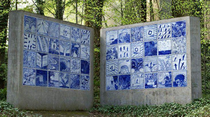 """""""Album et Bleu"""" - une oeuvre d'Alechinsky au Musée en plein air du Sart Tilman / Université de Liège - photo Nadine Govers"""