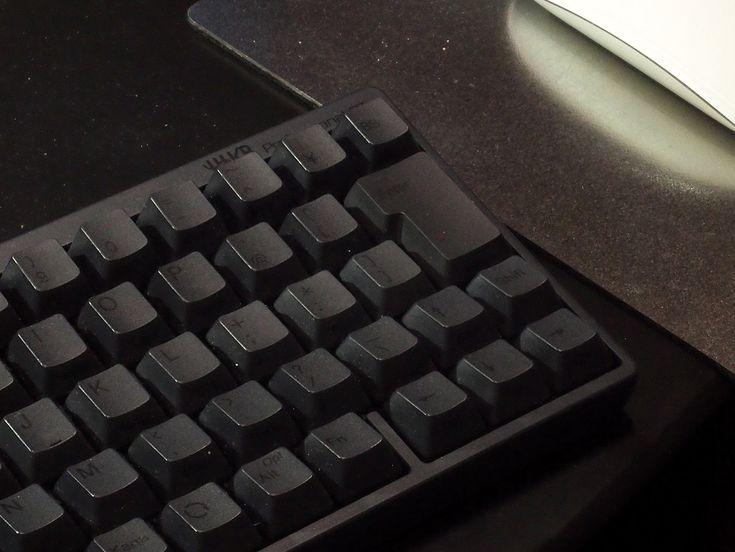 デスクで使っている愛用のキーボードが、そのまま外に持ち出せるのが無線キーボードの魅力。ただ、外に持ち出すという部分にこだわり過ぎたのか、無線タイプはキーボードとしては貧弱なものが多かった。そこに満を持して登場したのが、あのHappy Hacking Keuboardの無線タイプ。もはや無線キーボードはこれ一択だ。