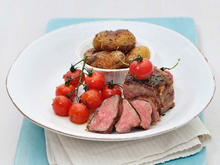 Baconbiff av mørbrad med urter, tomater og poteter - En deilig varmrett som passer perfekt en fredags kveld! Du kan enkelt lager den enten i ovnen eller på grillen.
