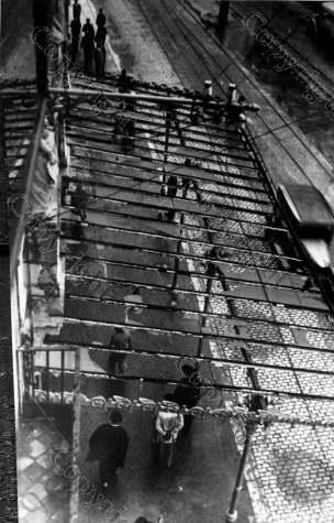 años 30 Sobre la provincia de Zaragoza ha des … gado una terrible tormenta de granizo que ha roto los cristales de las casas, calculándose que se tardará más de un mes en poder …. Repuestos. Durante la granizada cayeron algunos granizos que pesaron… de 500 gramos. Estado en que quedo una marquesina de la terraza de un café, después de la tormenta.[Sipho]