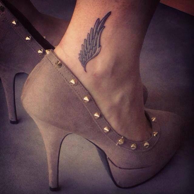 O tornozelo é um lugar delicado e muito procurado para se fazer uma tatuagem. Muito comum em mulheres, os desenhos ganham um charme especial quando vistos com um par de sapatos.