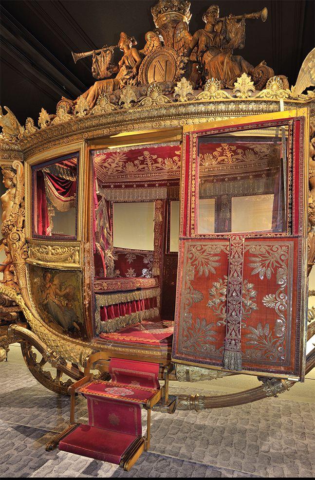Carrosse du sacre de Charles X. Les carrosses de Versailles. La galerie des Carrosses du château de Versailles, située dans la Grande Écurie du roi et fermée au public depuis 2007, ouvrira à nouveau ses portes le 10 Mai 2016. Récemment restaurée, cette collection de carrosses, l'une des plus importantes d'Europe mais encore largement méconnue du public, sera présentée dans un nouvel espace muséographique.