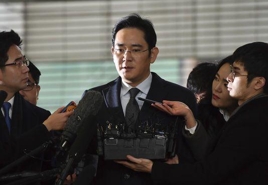 Lee Jae-yong est accusé d'avoir versé des millions de dollars de pots-de-vin à la confidente de l'ombre de la présidente Park en échange de faveurs politiques.