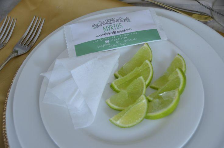 Práctica toallita húmeda individual para el servicio en la mesa. Fragancia Limón. Fotografia: Susana Gómez Vera