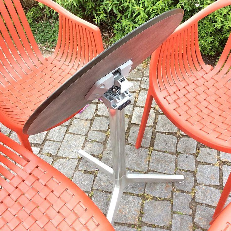 Il tavolino Ypsilon (Pedrali) è pensato per poter essere accatastabile, grazie al suo piano ribaltabile che, in questo caso, è rifinito con un piano in stratificato effetto pietra.