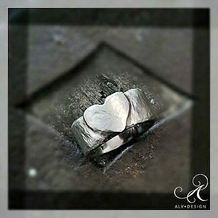 HJÄRTAT silverring, det unika speciella hjärtat, handarbetat och skulpterat i klassiskt silver. Inget hjärta är den andre lik, lite kantstött precis som livet. Pris: 1900 kr. Välkommen att se mer i vår webbutik: www.alvdesign.se Design & arbete av konstnär och silverdesigner: Anneli Lindström, Alv Design. Alla våra unika silverringar och silversmycken görs efter beställning!