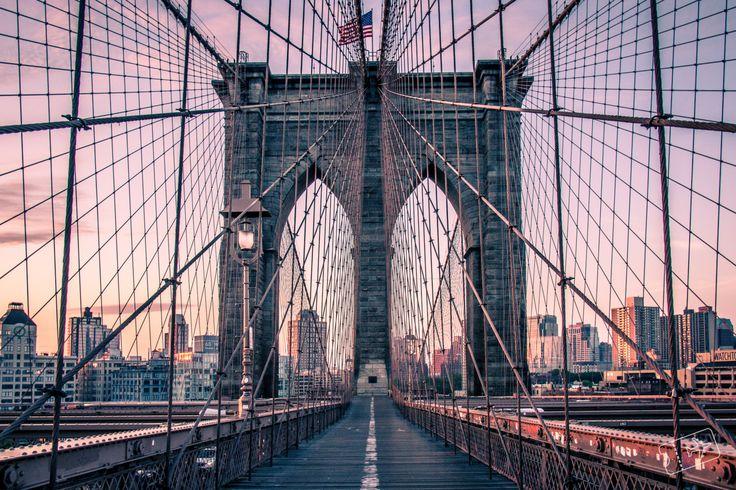 Der Sonnenaufgang auf der Brooklyn Bridge in New York! Mit Aussicht auf Manhattan, Skyline von New York mit Empire State Building, One World Trade Center.