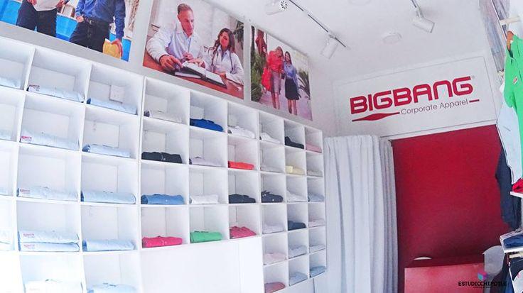 Lado izquierdo, mueble cuadriculado con prendas que sirve de exhibición y de almacén.