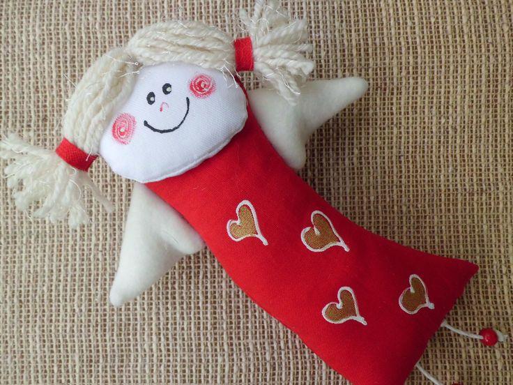 ANDĚLKA ČERVENÁ Andělka je vysoká cca 23 cm. Je z bavlny a fleecu a dřevěných korálků. Obličej a tělíčko je domalováno barvami na textil. Poutko na zavěšení.