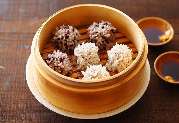 しっかりめに味付けしたジューシーな肉ダネを、もち米で包んだアイデアシューマイ。肉の旨味が染み込んだもち米が新鮮。肉ダネはナンプラーと香菜でエスニック風味に仕上げます。