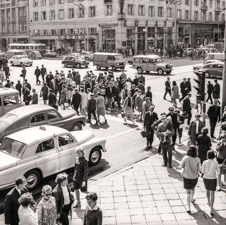 Skrzyżowanie ulicy Kruczej z Alejami Jerozolimskimi, 1964 rok.    fot. Dawna Warszawa
