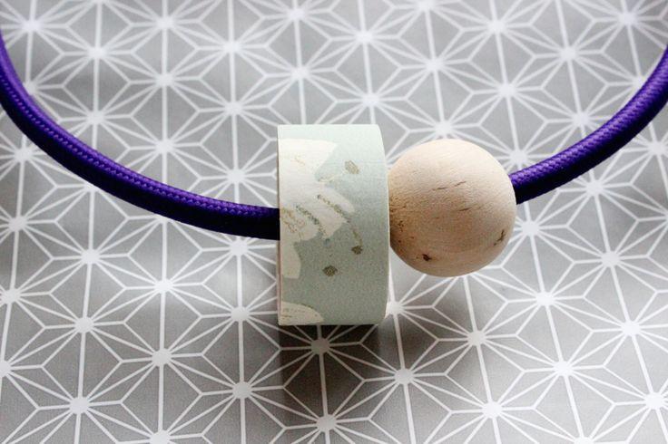 Collana 1001 viola con cavo elettrico rivestito in tessuto e dettaglio in legno decorato con carta da parati floreale verde salvia. di IlluminoHomeIdeas su Etsy