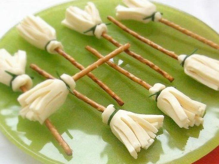 bretzels habillés d'une rosette de tête de moine ou d'un fromage à pâte filée (du style Ficello) facile à effilocher.