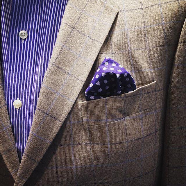 Se vale tomar riesgos combinando prints, ¿la clave? Combina proporciones diferentes: si las rayas son delgadas usa cuadros grandes  #FashionTips #HombreDelascar #ModaColombiana