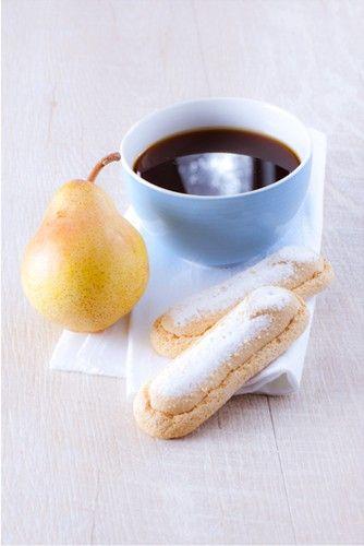 Le petit déjeuner simple et efficace. Un café filtré, une poire et des biscuits cuillère.  Démarrons la journée plein d'énergie !  #MarielysLorthios #Photographe #Culinaire