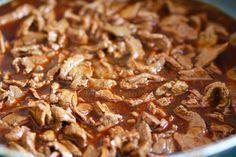 Hemligheten bakom en god lövbiffsgryta är tid! Låt den sjuda i flera timmar, gärna 3-4 för att köttet ska bli mört. Det här behöver du till 4- 5 portioner : 800 gram lövbiff 1 gul lök 2 vitlöksklyftor 1/ 2 msk paprikapulver 8 dl vatten 2 msk fond ( kött … Läs mer