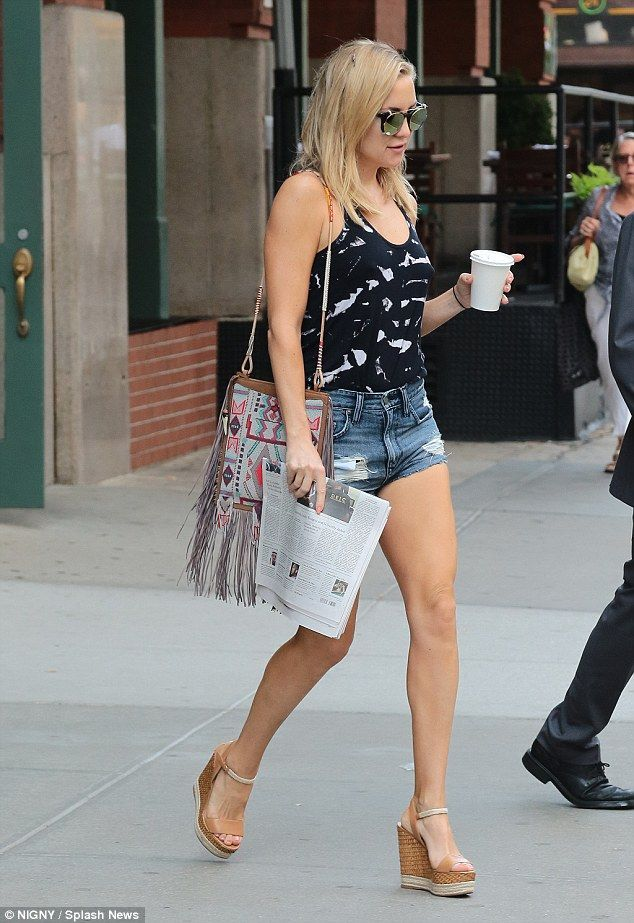 Kate Hudson Displays Her Flawless Legs In Daisy Dukes
