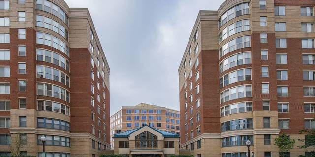 Stunning Two Bedroom Penthouse Condo Plus Den In The Heart Of Arlington Located Between Va Square Penthouse Condo Condo Pet Resort