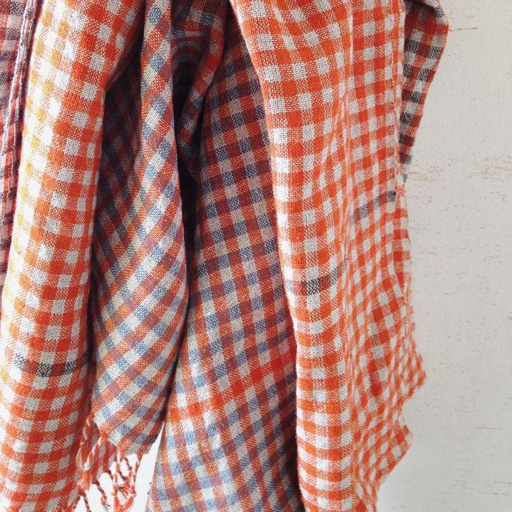 Three shawls #linen #silk #indigo ・  6月に青森のギャラリーで小さな展示会をします。  織りを始めたばかりの頃からお世話になっている方のギャラリーです。  夏には移転してしまうので、移転前最後の展示会となります。  ・  数は少ないですが、ギャラリーにいらした方に喜んでもらえるよう頑張ります。  ・  一昨日の夢、稲妻の中からまばゆい光を放った白馬が現れるという…  夢の中であんなに眩しさを感じたことないし、これは絶対いい夢に違いない!と思う一方、金策に悩む(私のような)人も登場し、良いのか悪いのか判断に苦しむ夢でした😅  でも昨日お会いした方のお話から、働くことの意味を改めて考えることになるのでした。  いい夢だったってことにしよう!🦄🐴