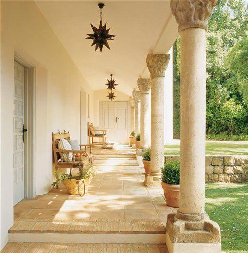 Pasillo exterior blanco casas con corredores porches for Decoracion exterior de casas