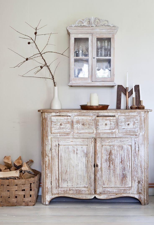 Renginkaappi ja vanha piironki sopivat vanhan hirsitalon tyyliin. Old cabinet and chest of drawers fit the style of an old house. | Unelmien Talo&Koti Kuva: Camilla Hynynen Toimittaja: Jaana Tapio