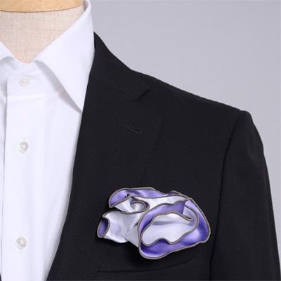 紫とグレー、どちら色でも使えるシルク100%のリバーシブルポケットチーフ。挿す際の形を作りやすいリング付き。 Pocket handkerchief 100% silk that can be used on both sides (with ring)