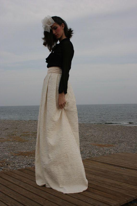 Esta falda esta hecha con brocado de algodón y seda y cintura fija de satén con cremallera atrás.Falda exclusiva.(IVA incluido)email: marderedinweb