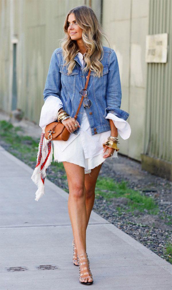 Street style look com vestido e jaqueta jeans.