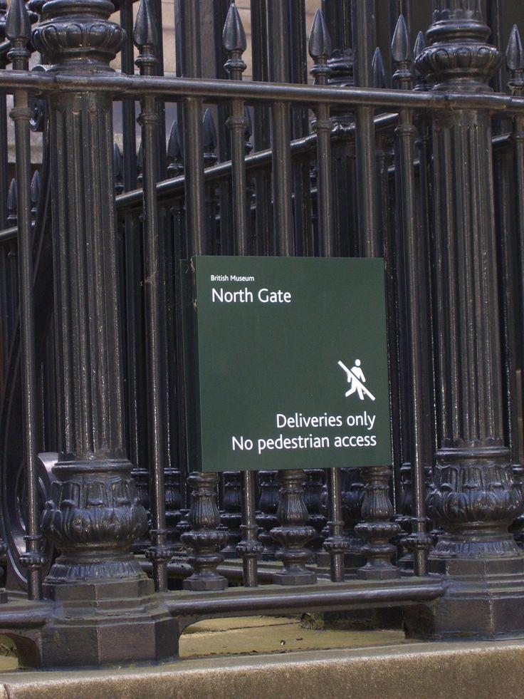"""Foto 10: """"Benu dachte an Joes Traum. Hatte ihn Anubisdos zum Britischen Museum geführt, um Nesperennub zu treffen? Was für ein Schwachsinn. Das war unmöglich. Er konnte an diese ganze Geschichte nicht glauben. Eine Mumie, die lebte? Die ihn heimsuchte, um zu überleben? Diese Geschichte war ja reif für eine Verfilmung! """""""