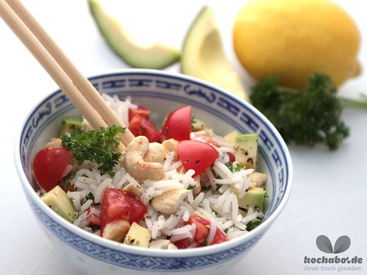 Ein Feinschmecker-Rezept, nicht nur f�r Vegetarier: Reissalat mit Avocado und Cashew-N�ssen.