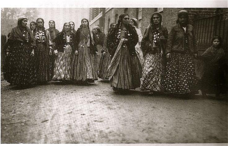 KALDERASH  gypsy WOMEN ON THE MARCH IN ENGLAND, 1911