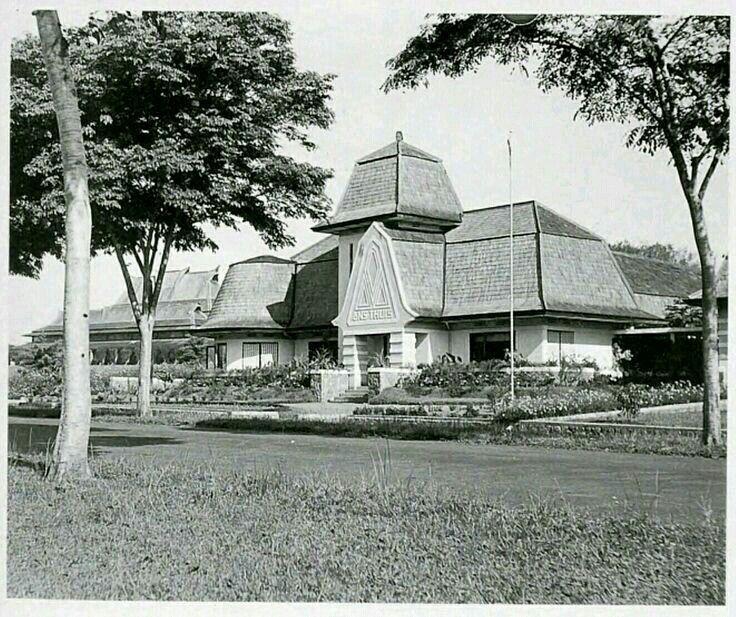 """De villa """"ons thuis"""" aan de Hoogeschoolweg te Bandoeng ca 1930"""