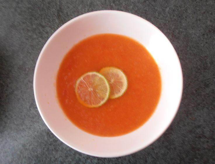 Ananasová studená polévka 1 červená paprika, 400g ananasu , 2 lžíce čerstvé limetkové šťávy a plátky limetky na ozdobu, půl lžičky harissy, sůl, špetička třtinového cukru. Papriku upéct v troubě zahřáté na 220 °C, až se na slupce začnou dělat hnědé puchýře, vyndejte ji a dejte ji na 10 minut zapařit do plastového sáčku, pak stáhněte slupku a odstraňte semínka a stopku. Papriku rozmixujte s ananasem a dochuťte zbylými přísadami. Polévku podávejte vychlazenou a s plátkem limetky.