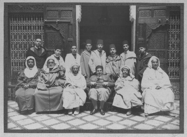 Assis de droite à gauche: MM. Lemrini chez qui la rencontre a eu lieu; Abderrahmane Benzidane, historien et Mezouar des Alaouites; Younes Behri, Cheikh Abdellah Jirari; Zebdi, pacha de Rabat. Debout de droite à gauche: MM. Mrini; Mekki Aouad, ben Haj Ali Aouad; Abderrahman Hajji; Abdellatif Sbihi; Abdessalam Aouad; Driss Aouad; Said Hajji; Mohammed Chemaou. Photo prise en 1931 à Dar Lemrini.