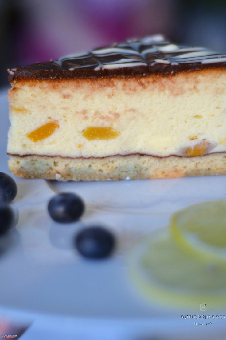 Sernik wiedeński- puszysty sernik z kawałkami brzoskwiń na kruchym spodzie, udekorowany deserową czekoladą. 6zł