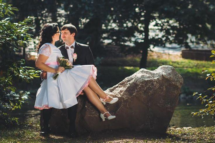 """""""Dobrý deň, chcem vám veľmi poďakovať za topánočky na svadbu. Absolvovala som v nich 3 hodinové fotenie aj na nerovnom teréne a celú svadbu. Ani trošku ma neotlačili, neboleli ma v nich nohy. Ani som ich nemusela rozchodiť.  Posielam vám aj pár fotiek. Ešte raz ďakujem nech sa vám darí."""" Táňa I my děkujeme a přejeme šťastné a spokojené manželství... Model Tina T-styl se zdobením mašlí, úpravy podle přání klientky. Svatební boty, svadobné topánky, lodičky, retro štýl"""