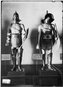 Mannequins n° 18 et n° 17 de la Galerie des costumes de guerre du musée de l'Armée, Gladiateurs  Photographié vers 1900 ; gladiateurs romains ; n° 17 : gladiateur mirmillon ; n° 18 : gladiateur thrace ; réalisés d'après les casques et armures originaux du Musée de Naples (trouvés à Pompéi)