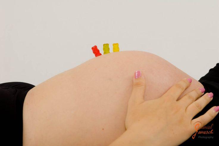 Babybauch von Christine  Model: Christine Foto: Daniel Janesch  Canon EOS 30D, Canon EF 24-70mm 1:2.8L USM, 50mm, ƒ/6.3, 1/200s, ISO 100  #shooting #studio #babybauch #babybump #schwanger #pregnant #baby #liebe #love #mutter #mother #gummibärchen #gummibaerchen #gummybear #rot #red #grün #green #gelb #yellow