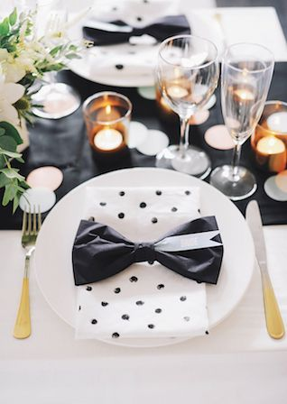 Black and white modern wedding place setting | @Michaela | Hey Look | see more on: http://burnettsboards.com/2014/04/urban-summer-wedding/