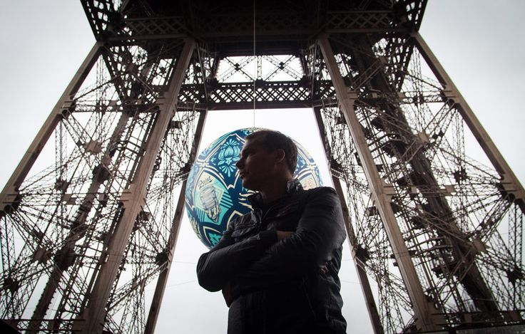 For the upcoming COP21 at Paris, the famous american street artist Shepard Fairey made a huge globe named Earth Crisis hanging on the Eiffel Tower #EarthCrisis #Paris #Art