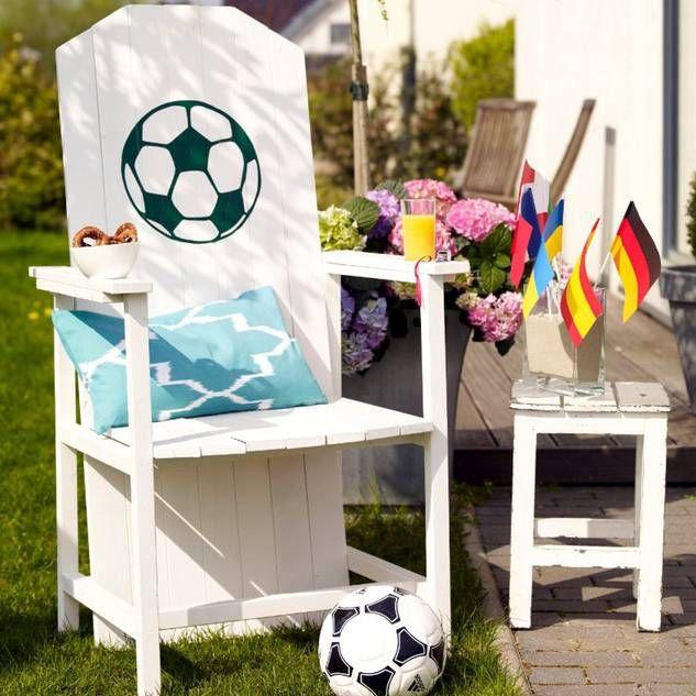 Fußball-Thron für die EM-Gartenparty bauen.