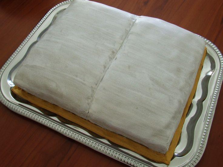 Aujourd'hui je vais vous présenter le premier de mes défis : Un gâteau en forme de livre ouvert. Le gâteau en lui-même n'est pas compliqué à faire, la décoration pour donner une forme de livre ouvert ne m'a pas posée de problème. J'ai eu cependant quelques...