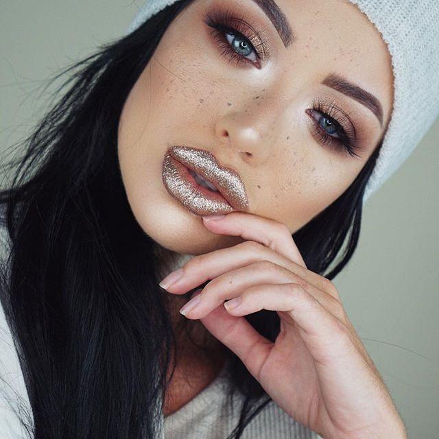"Glitter Lips are my jam ✨✨✨ Products used... Brushes @morphebrushes M511 M519 M527 M523 Eyes @anastasiabeverlyhills @makeupbymario #masterpalettebymario Lashes @hypnaughtypower @hypnaughtylashes ""hypnaughtypower""  Lips @nyxcosmetics ""bronze"" glitter  Foundation @anastasiabeverlyhills stick to flawless ""golden""  Brows @benefitcosmetics #browkit kabrow+ ready set brow Highlight @iconic.london ""strobing stick"" + contour powder palette  #makeup #mua  #universodamaquiagem_oficial #browgame…"