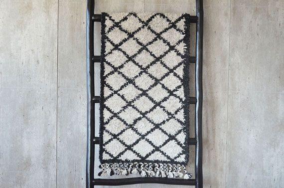 Lekkert berberteppe fra Trend Design. Avlangt teppe med berber-print i kortklipt materiale og fletting i kantene. Teppet vil passe perfekt til en gang. Størrelse: 60 x 200 cm Materiale og vas
