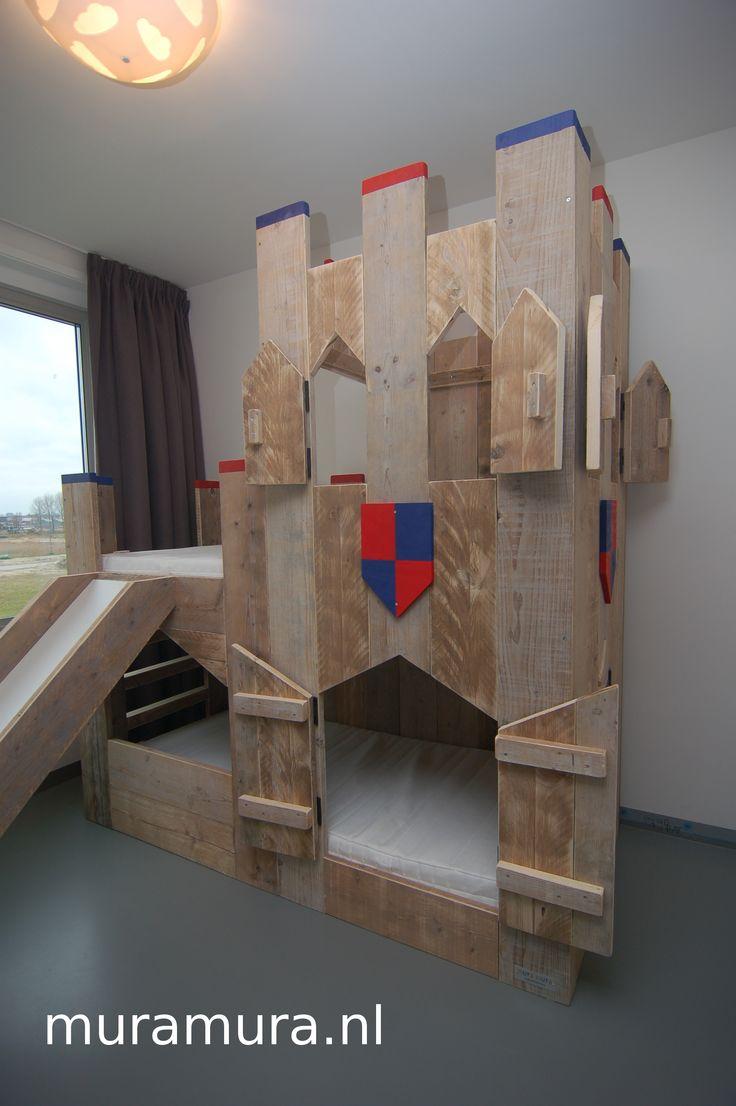 Een super stoer ridderkasteel stapelbed van steigerhout met glijbaan van muramura.nl