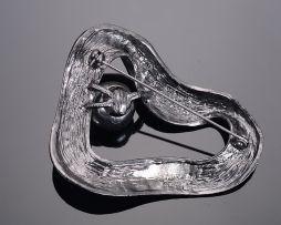 Jedinečná ručne brúsená a leptaná brošňa s perlou