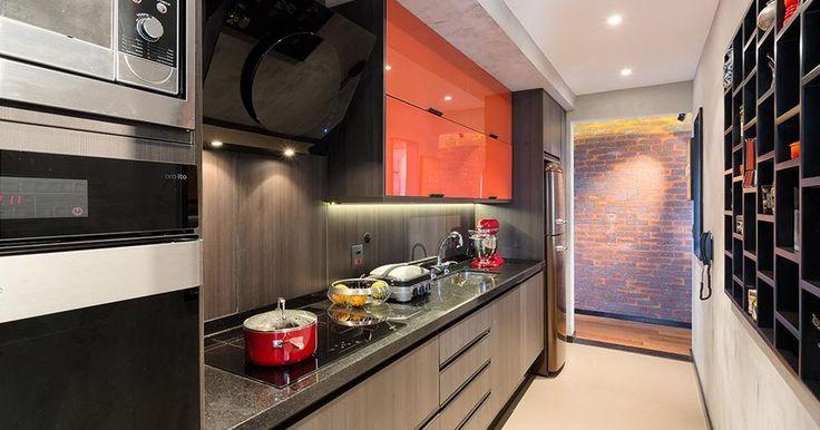 Cozinha com fogão embutido e armário vermelho