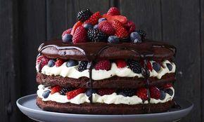 Een plaatje en ook nog eens ontzettend #lekker. Deze #chocolade #taart is gevuld met #witte chocolade #crème en versierd met vers #rood #fruit.