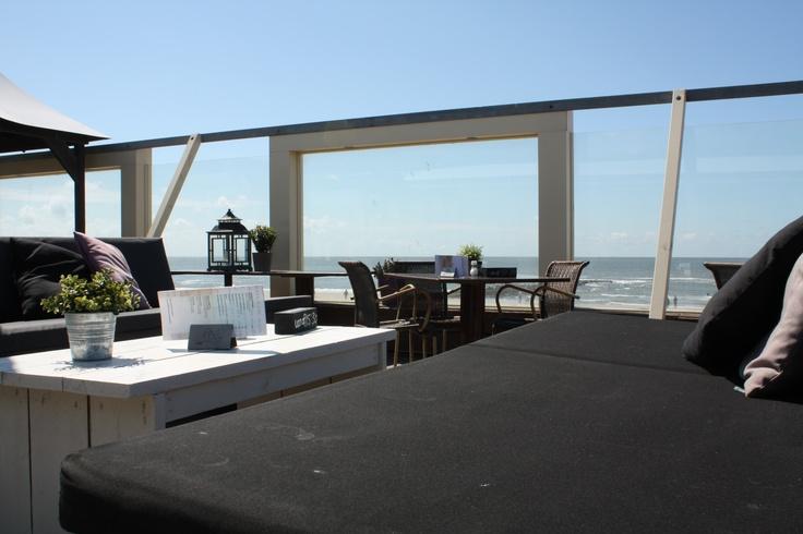 Strandtent Paal 6, Zanddijk 6 (voor navigatie gebruik nr 259), Julianadorp aan Zee (Tel: 0223 644 099). De strandtent is per auto het goed bereikbaar via de strandafslag Julianadorp vanaf de Zanddijk. Ter hoogte van camping De Oase, De Zwaluw (Zanddijk 259) en restaurant Golden Wok Palace is een grote parkeerplaats waar jullie de auto's kwijt kunnen. Houd er rekening mee dat het vanaf hier ongeveer 10 minuten lopen is naar de strandtent (via de strandopgang).