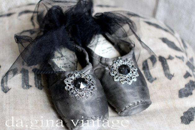 ..zertanzte Spitzentanz-Schuhe in antik schwarz gefärbt und mit Facett-Kristall, Metallornament und Tüll aufgehübscht..  Die Sohle innen mit vintage Noten ausgekleidet..  Wie alles bei mir aus...